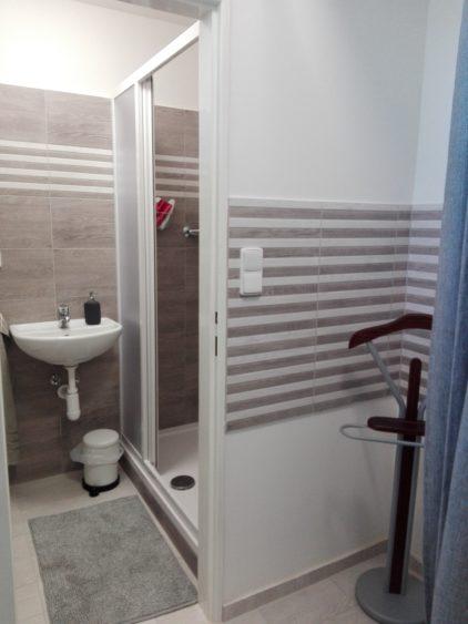Převlékací kabinky a koupelna hned vedle