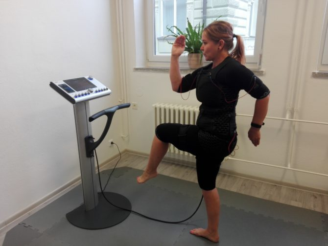 Trenérka Lenka předvádí komplexní cvik na posílení celého těla.